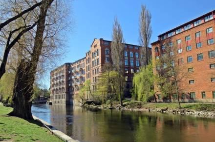 De tidigare fabriksbyggnaderna är nu omgjorda till bostäder ...