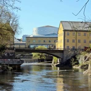 Gamlebro med Louis de Geer Konsert & Kongress i bakgrunden.