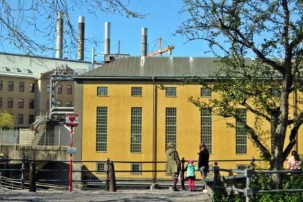 utsikt från Carl von Linnés lilla park. I bakgrunden ser man de fyra skorstenarnapå värmekyrkan - i december är det stans fina adventsljusstake ...