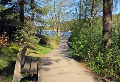 Där finns en fin gångväg utmed sjön ...