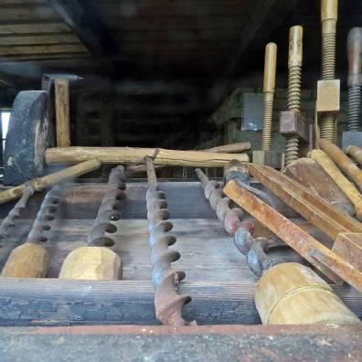 ... och i det andra fanns gamla verktyg ...
